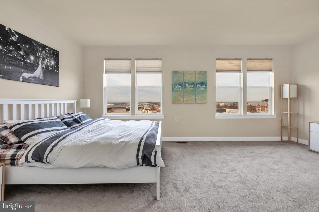 Spacious master suite with city views - 46448 RILASSARE TER, STERLING