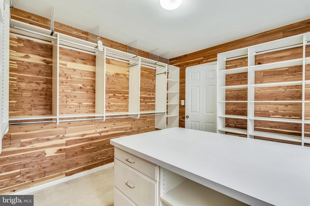 Cedar Lined Master Closet - 37575 CHARTWELL LN, PURCELLVILLE