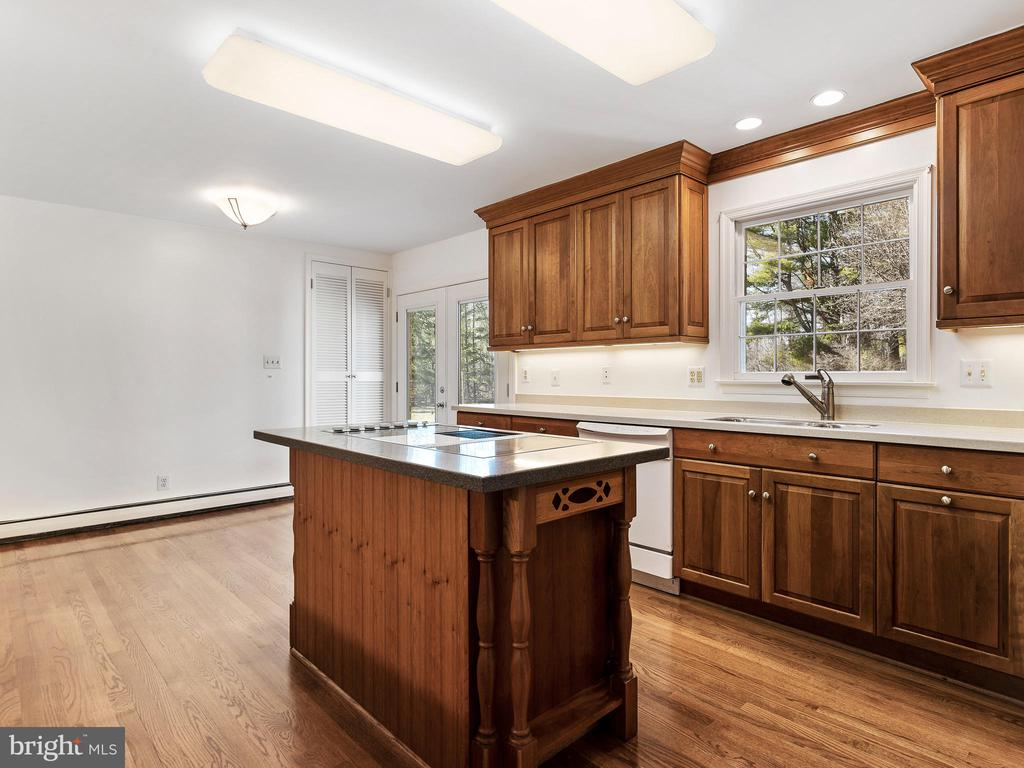 Gourmet Kitchen with Island - 12143 RICHLAND DR, CATHARPIN