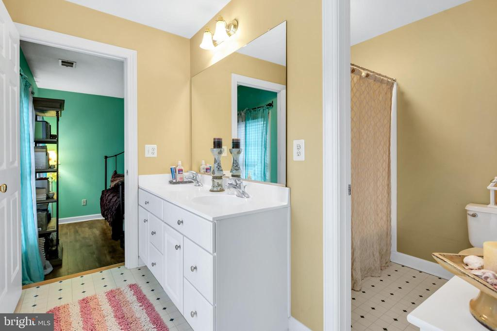 Dual entry bathroom - 47285 OX BOW CIR, STERLING