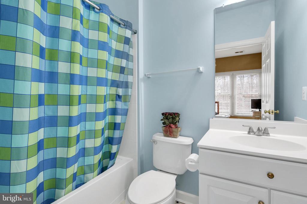 3rd full bath on upper level - 47285 OX BOW CIR, STERLING