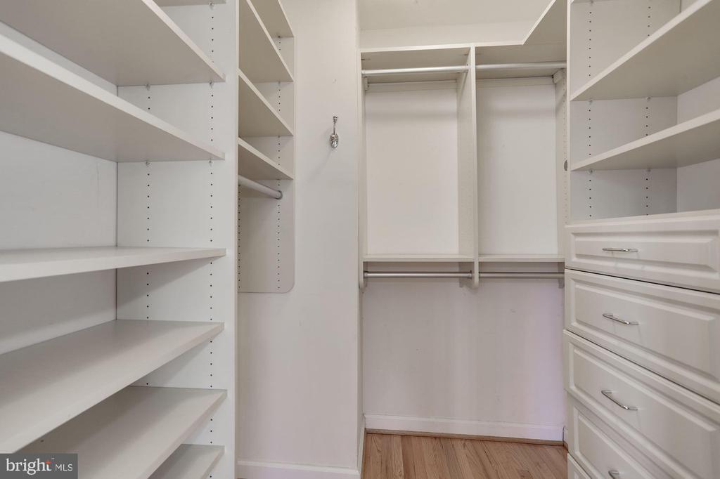Walk-in closet master bedroom - 1575 N VAN DORN ST, ALEXANDRIA