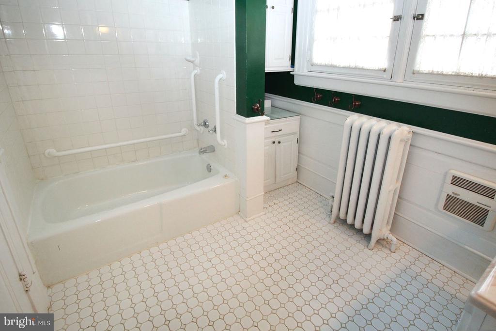 2nd floor bathroom with tile floor - 909 WEST KING, MARTINSBURG