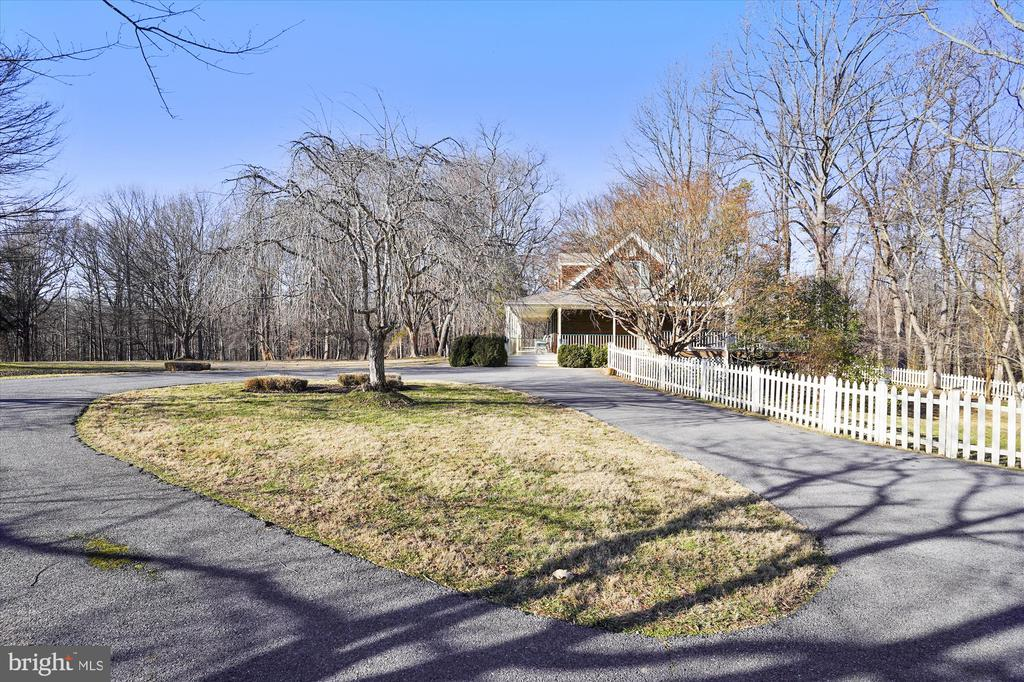 Circular driveway. Parking available for 16 cars! - 13403 PULVER PL, GAITHERSBURG