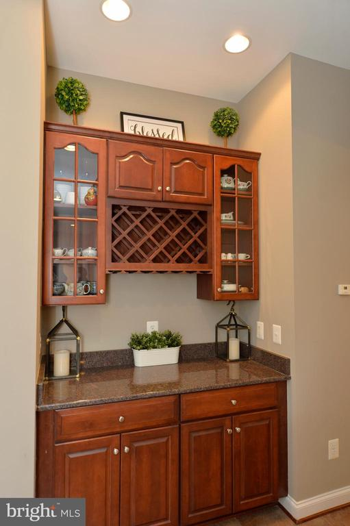 Butlers Pantry with Wine Rack - 36335 SILCOTT MEADOW PL, PURCELLVILLE