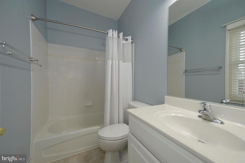 Fourth Bedrooms' Private Bath with Window - 36335 SILCOTT MEADOW PL, PURCELLVILLE