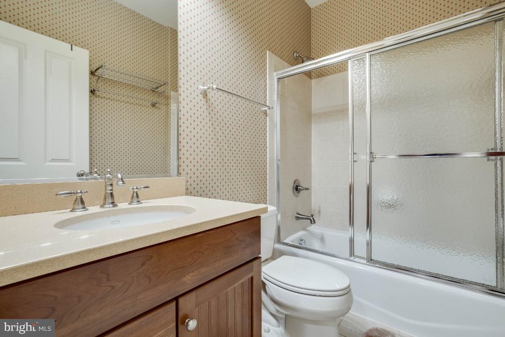 2nd Hall Full Bathroom - 21883 KNOB HILL PL, ASHBURN