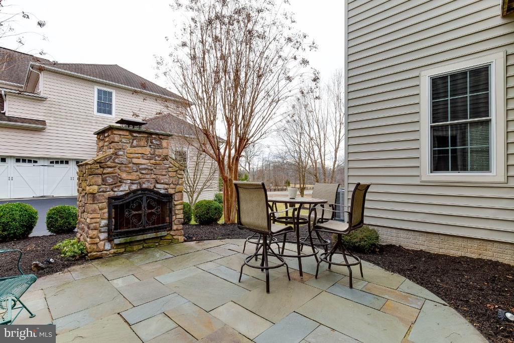 Slate Patio with Outdoor Fireplace - 21883 KNOB HILL PL, ASHBURN