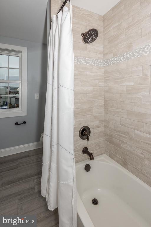 2nd floor bathroom tub/tiled shower - 165 B AND O AVE, FREDERICK
