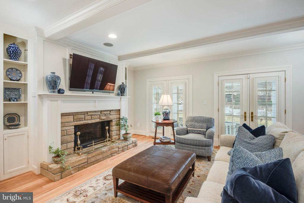 Family Room with gas fireplace and built-ins - 136 LAFAYETTE AVE, ANNAPOLIS