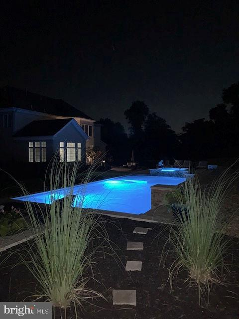 The pool and spa at night - 36335 SILCOTT MEADOW PL, PURCELLVILLE