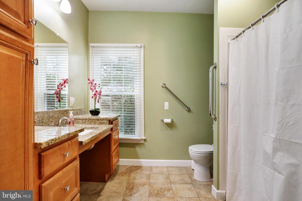 Main Level Full Bath - 47747 BRAWNER PL, STERLING