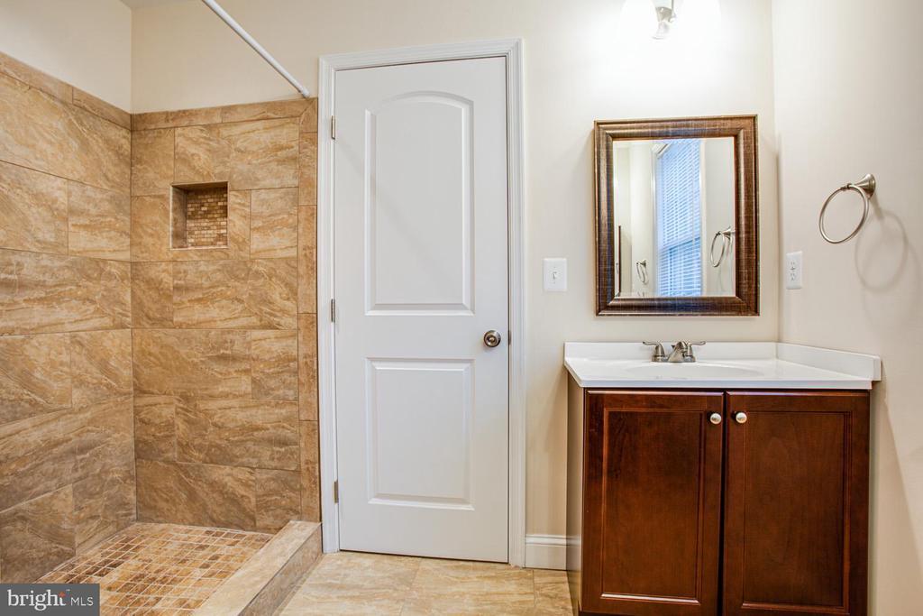 Jack & Jill bathroom - 2252 PARTLOW RD, BEAVERDAM