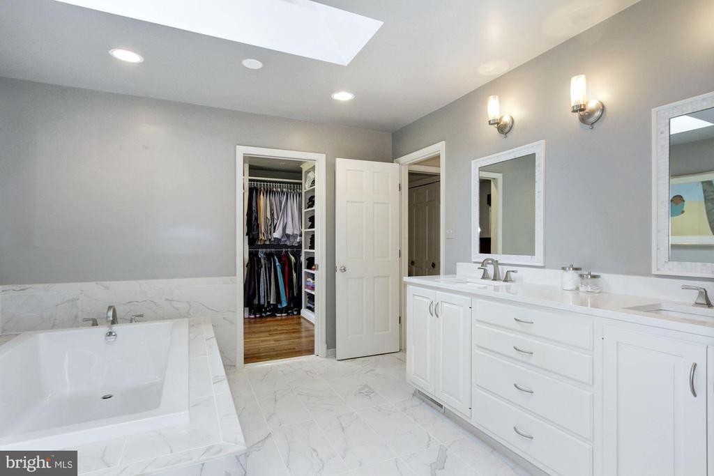 Double vanities and huge soaking tub. - 6951 GREENTREE RD, BETHESDA