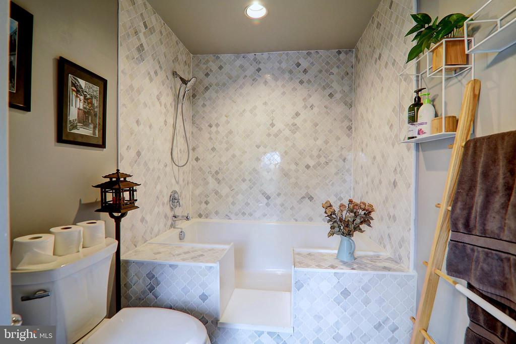 Main Level Full Bath - 10600 VICKERS, VIENNA