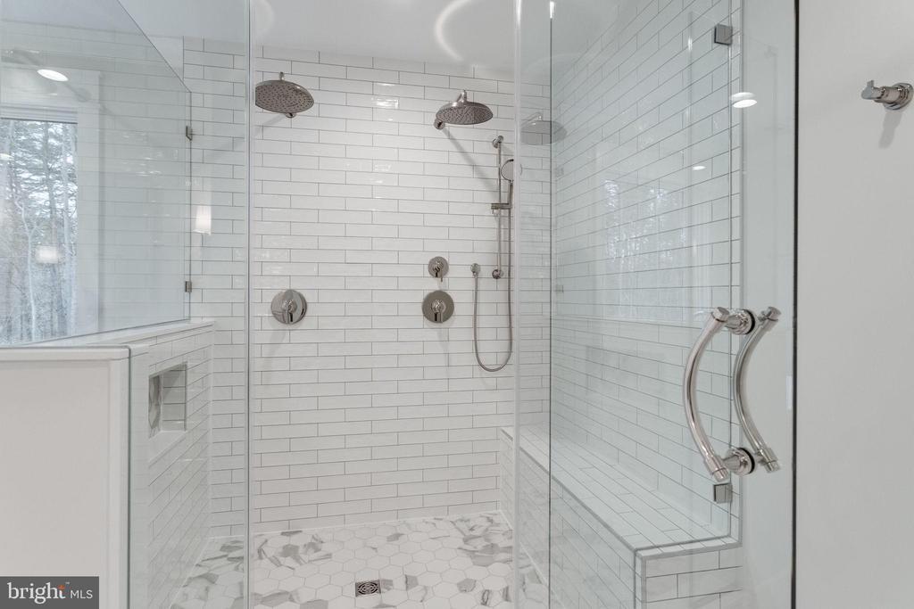 Owner's walk-in shower - 10317 BURKE LAKE RD, FAIRFAX STATION