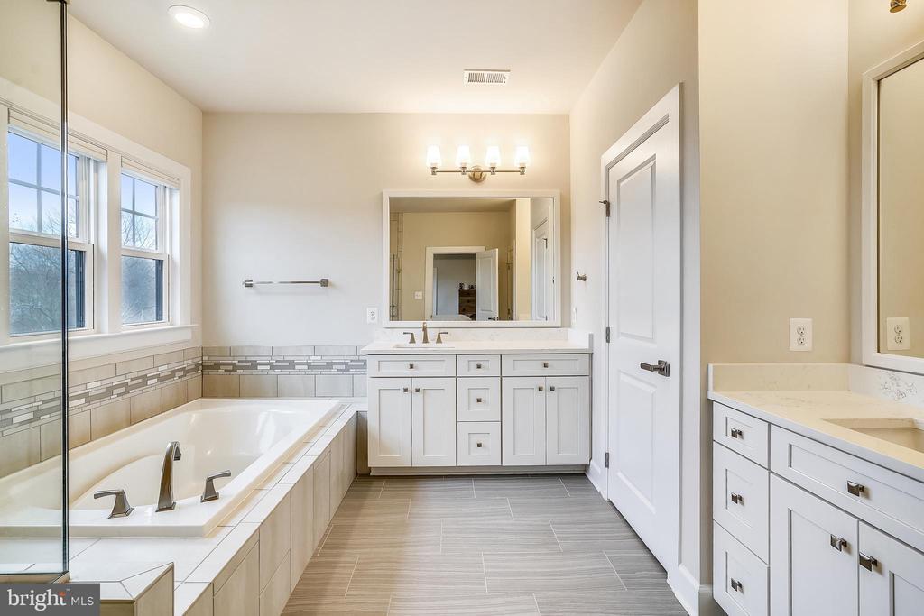 Master Luxury Bathroom - 6141 FALLFISH CT, NEW MARKET