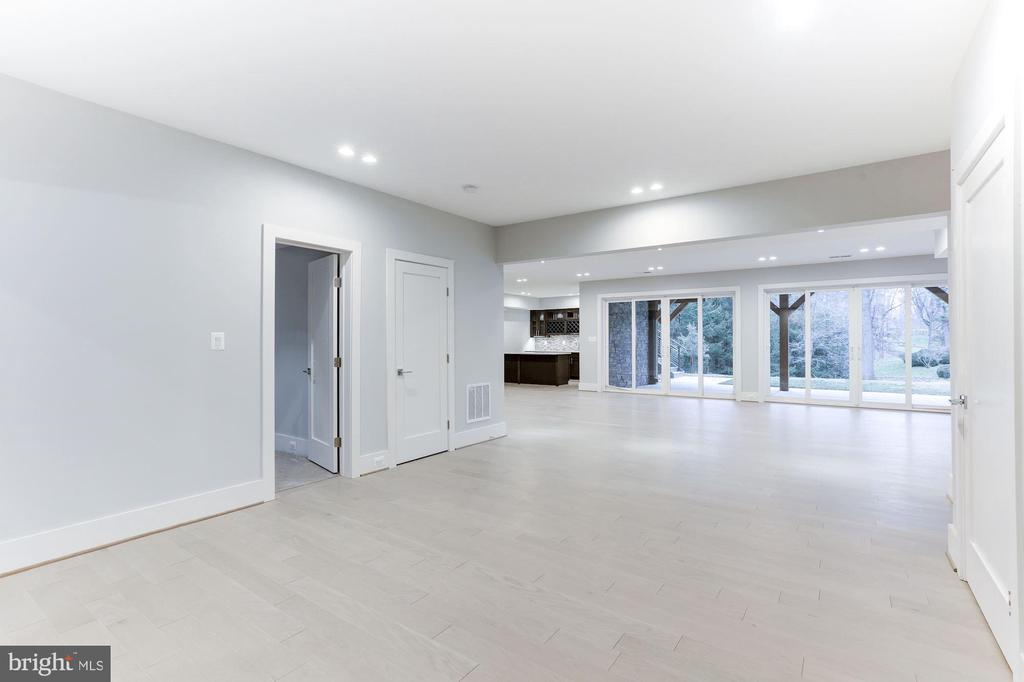 Expansive  sunny fully walk out lower level - 9604 PEMBROKE PL, VIENNA