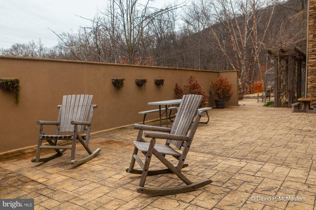 Walled patio Extensive hardscape - 212 CICADA DR, MARTINSBURG