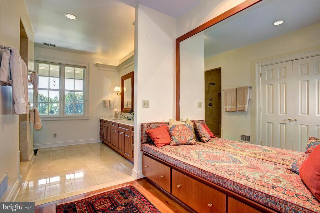 Master suite with built in bench - 205 MILL SWAMP RD, EDGEWATER