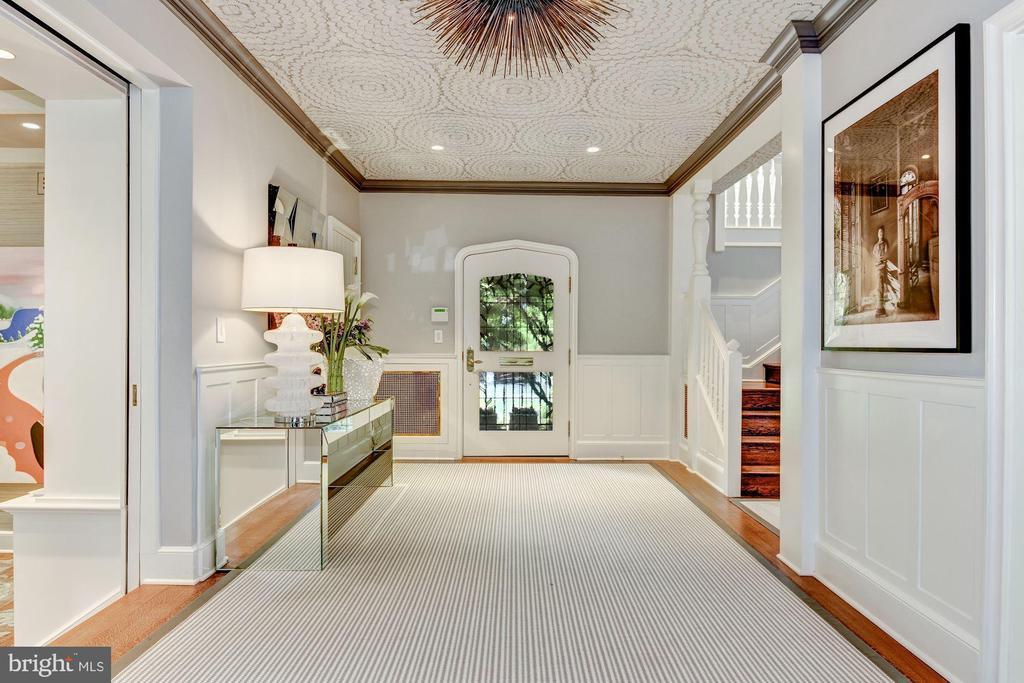 Stylish Central Gallery Foyer - 4400 GARFIELD ST NW, WASHINGTON