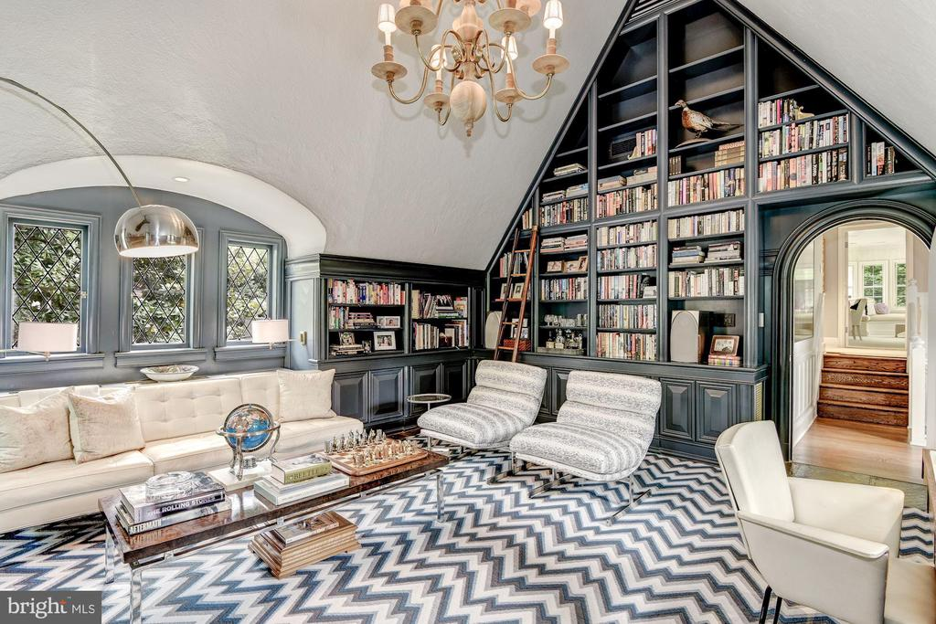 Upper Library w/ fireplace, 15'9