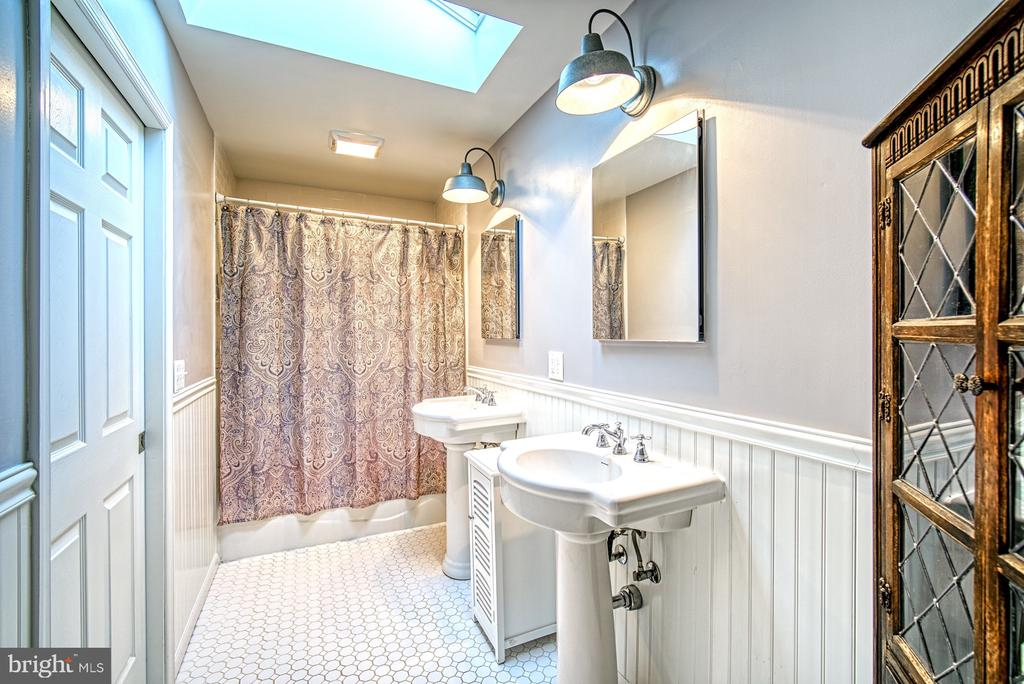 Beautifully appointed master bath - 4102 POPLAR ST, FAIRFAX