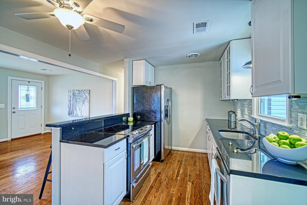 Stainless and granite - 4102 POPLAR ST, FAIRFAX