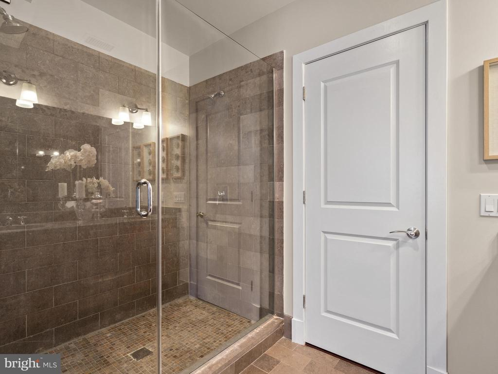 Huge walk in shower - 215 I ST NE #402, WASHINGTON