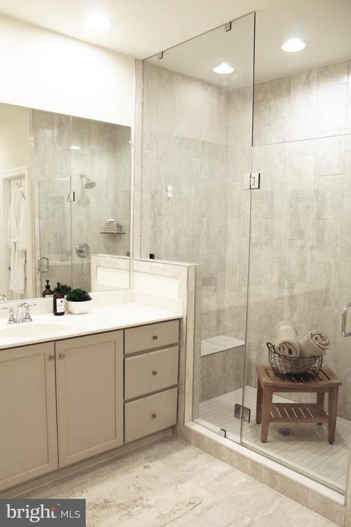 Walk-In Shower w/Bench and Frameless Glass Door - 23100 LAVALLETTE SQ, BRAMBLETON