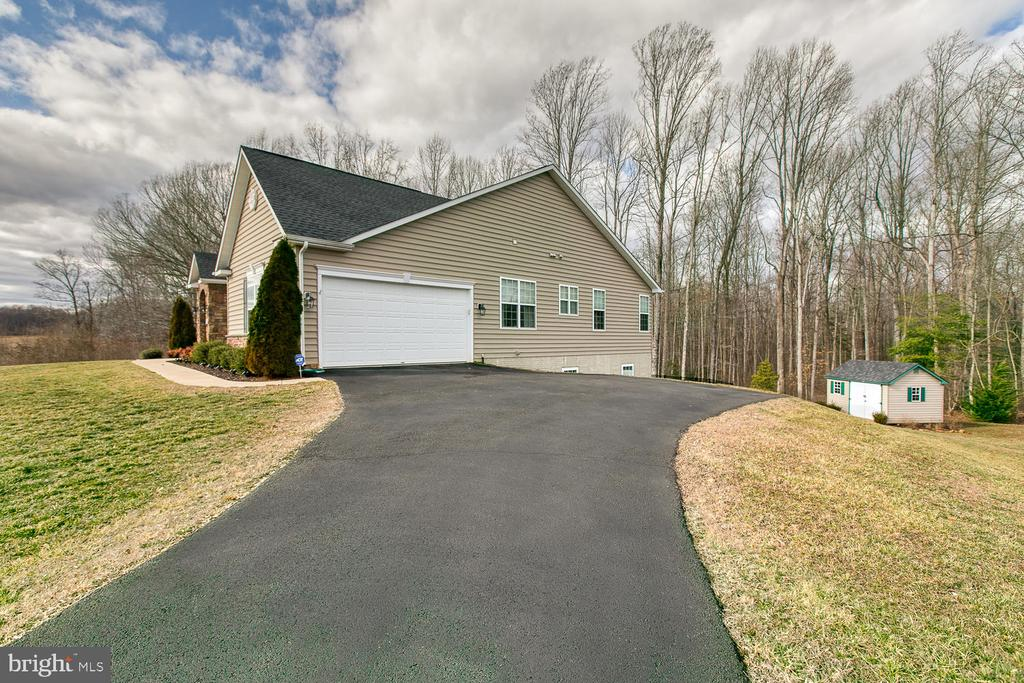 Driveway with parking area. - 35 DONOVAN LN, STAFFORD