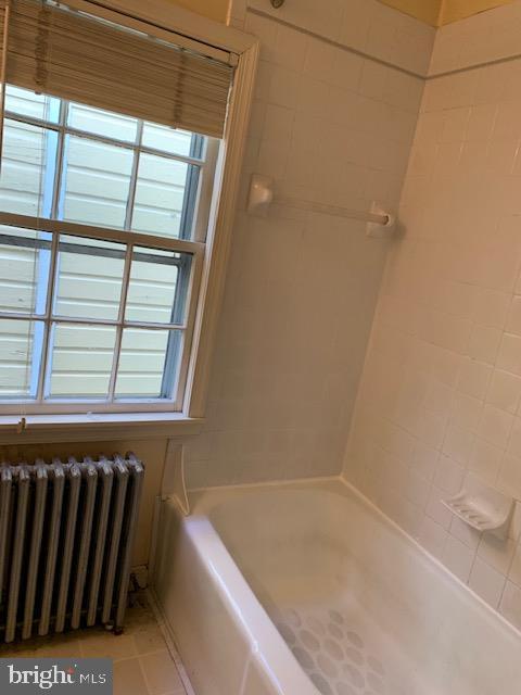 Upper level full bath with tub - 240 E 2ND ST, FREDERICK