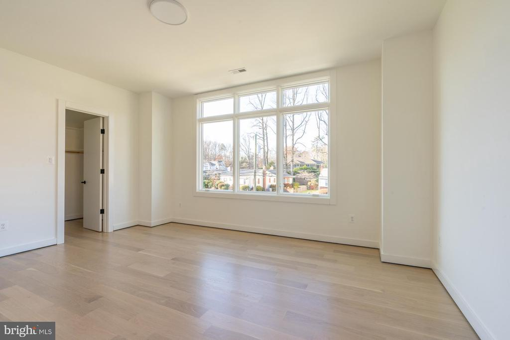 Left front bedroom, transom windows, walk-in - 114 TAPAWINGO RD SW, VIENNA