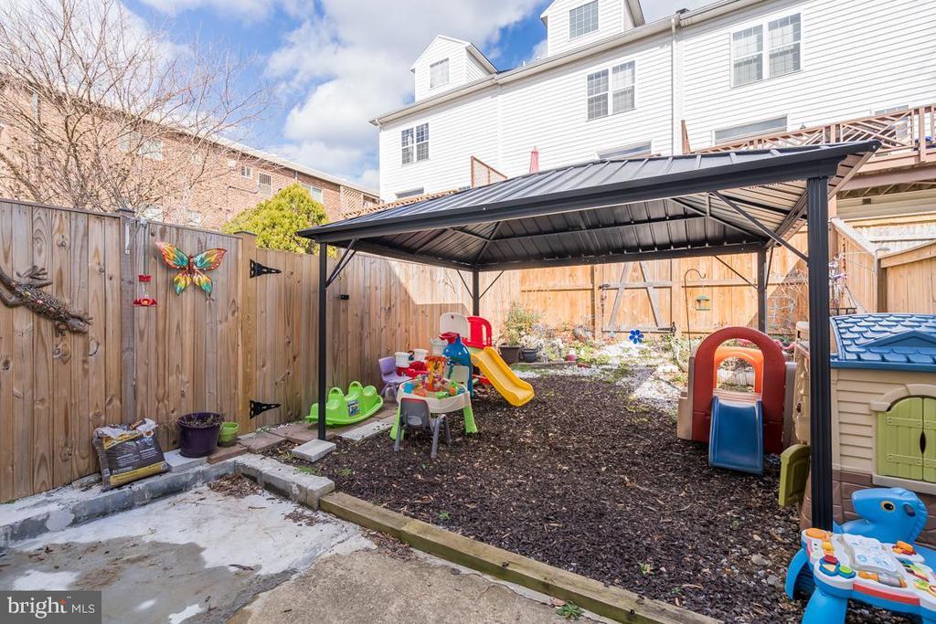 fenced backyard - 2037 N CAMERON ST, ARLINGTON