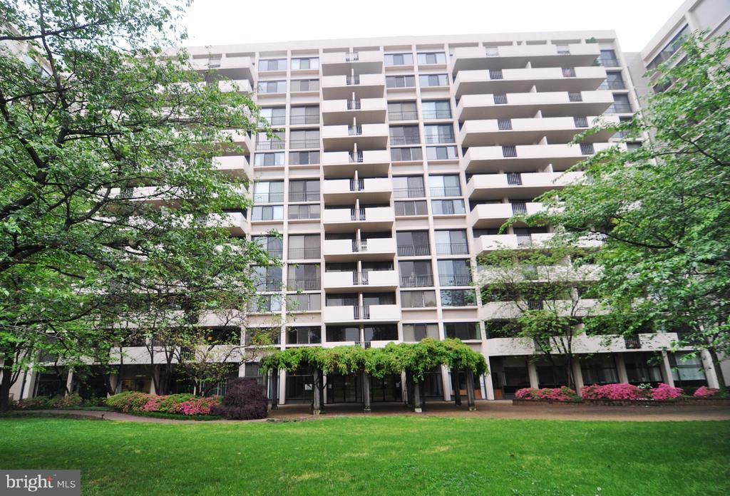 Enjoy green space in Hyde Park's private park. - 4141 N HENDERSON RD #1011, ARLINGTON