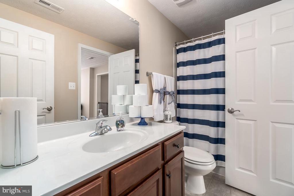 Full Bathroom Jack & Jill - 64 SANCTUARY LN, STAFFORD