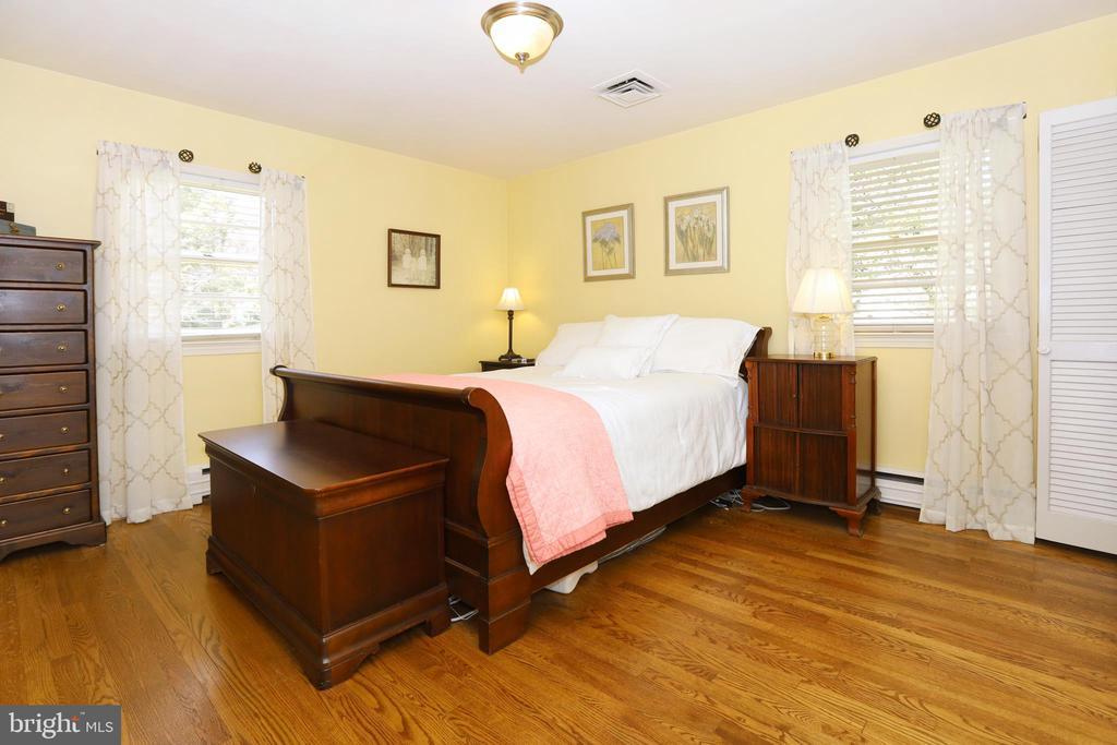 Master Bedroom with hardwood floors - 9020 SOUTHWICK ST, FAIRFAX