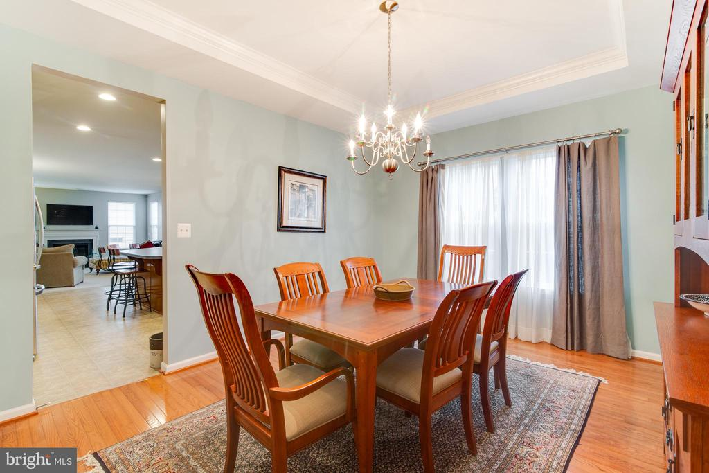 Private dinning room with beautiful try ceilings - 2472 TRIMARAN WAY, WOODBRIDGE