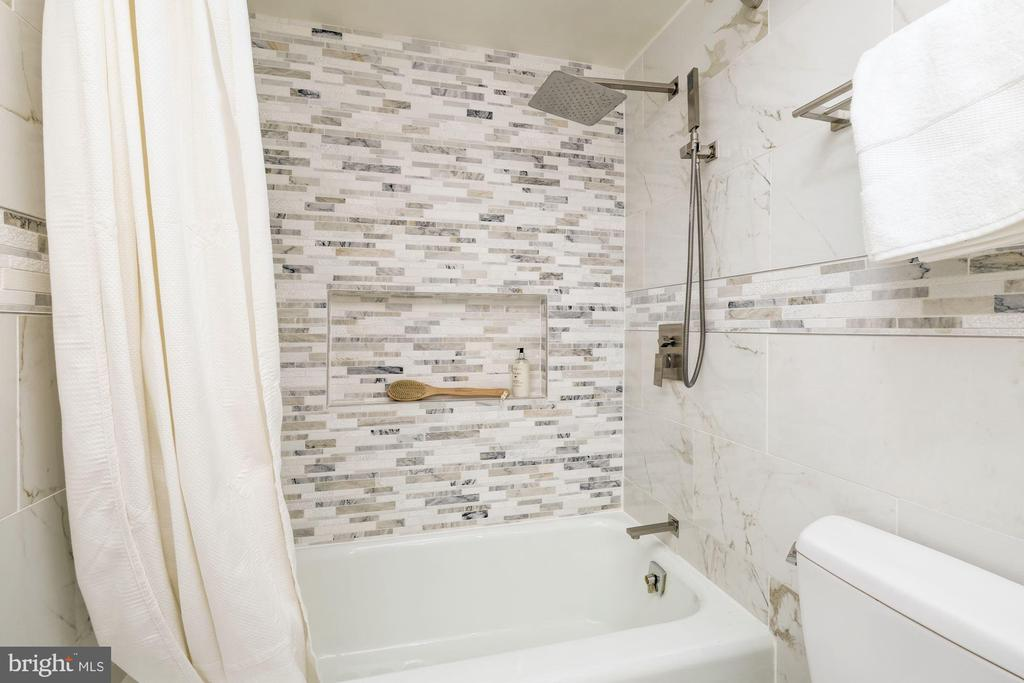 Waterfall shower - 700 NEW HAMPSHIRE AVE NW #821, WASHINGTON