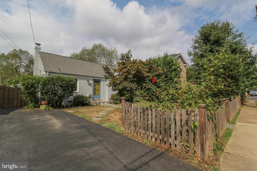 Off-street private driveway.. - 1804 S NELSON ST, ARLINGTON