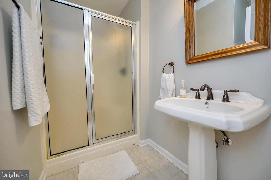 Hall bath offers all the amenities - 104 CEDAR CT, LOCUST GROVE