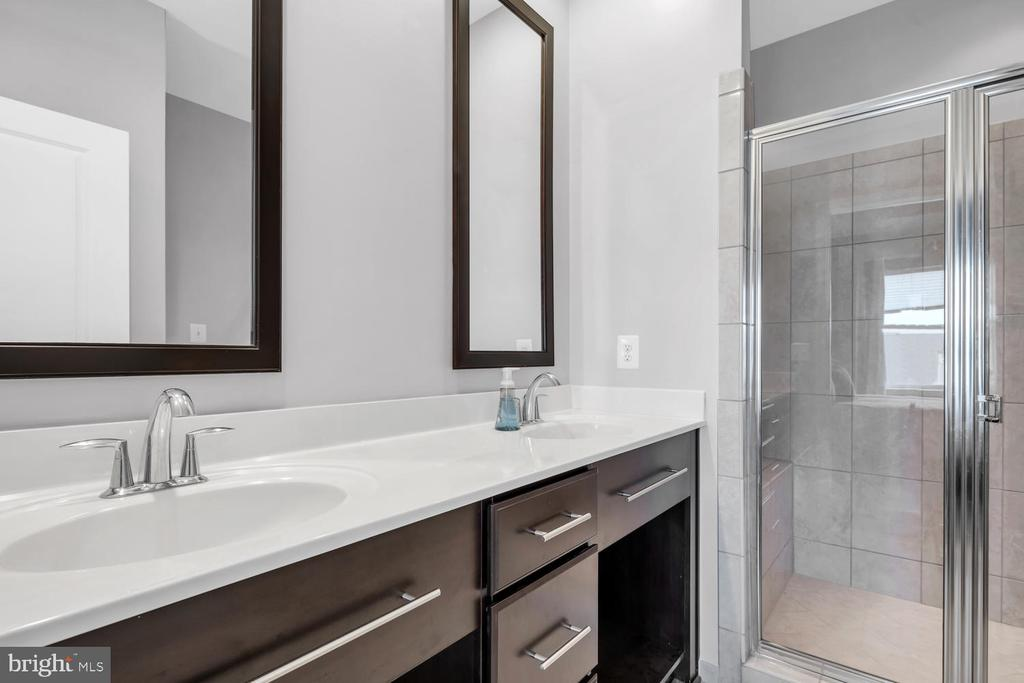 Master bath with shower and dual vanity - 42247 RIGGINS RIDGE TER, BRAMBLETON