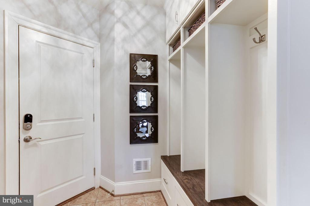 Mud room off garage with built in cubbies - 38261 VALLEY RIDGE PL, HAMILTON