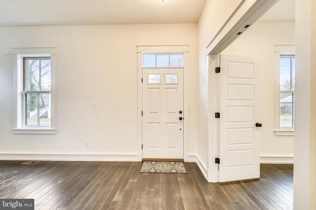 Front door/foyer - 637 JEFFERSON ST, HERNDON