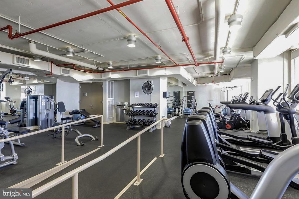Rooftop gym - 888 N QUINCY ST #1701, ARLINGTON