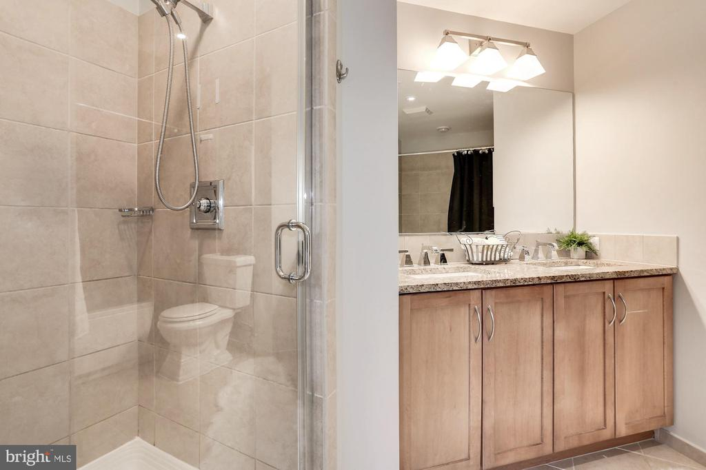 Separate shower & tub - 888 N QUINCY ST #1701, ARLINGTON