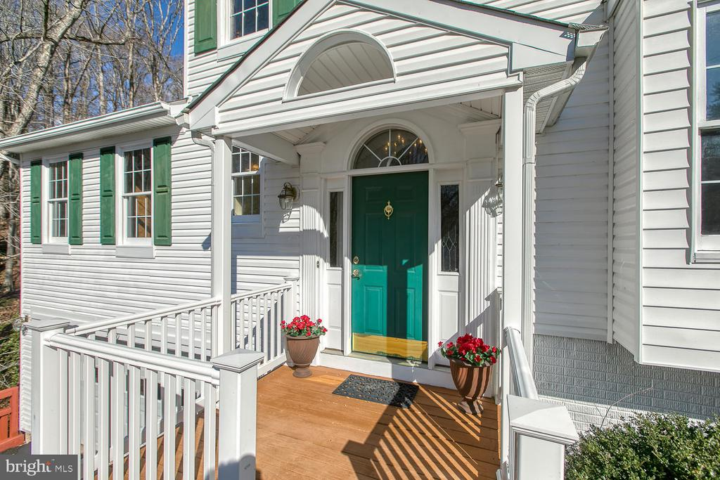 Covered and inviting front porch - 3220 TITANIC DR, STAFFORD