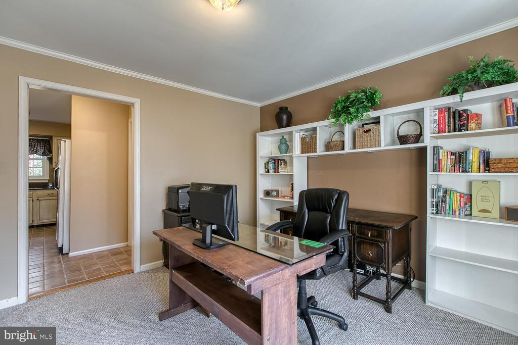 Office with built-in shelving - 3220 TITANIC DR, STAFFORD