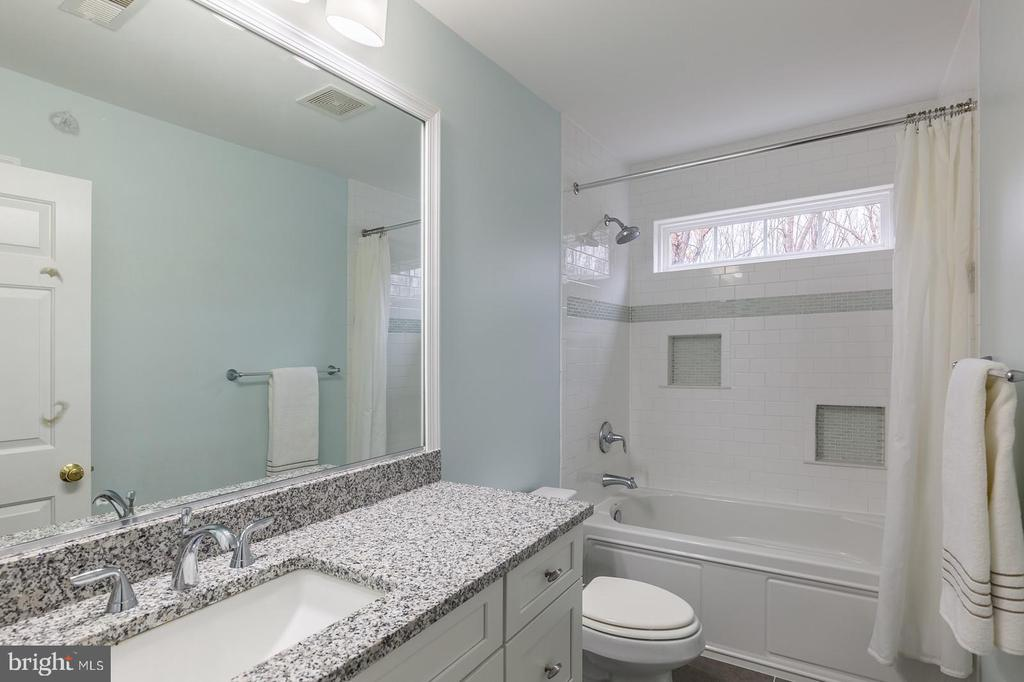 PRIVATE BATH FOR BEDROOM 1 - 91 MADELINE LN, STAFFORD