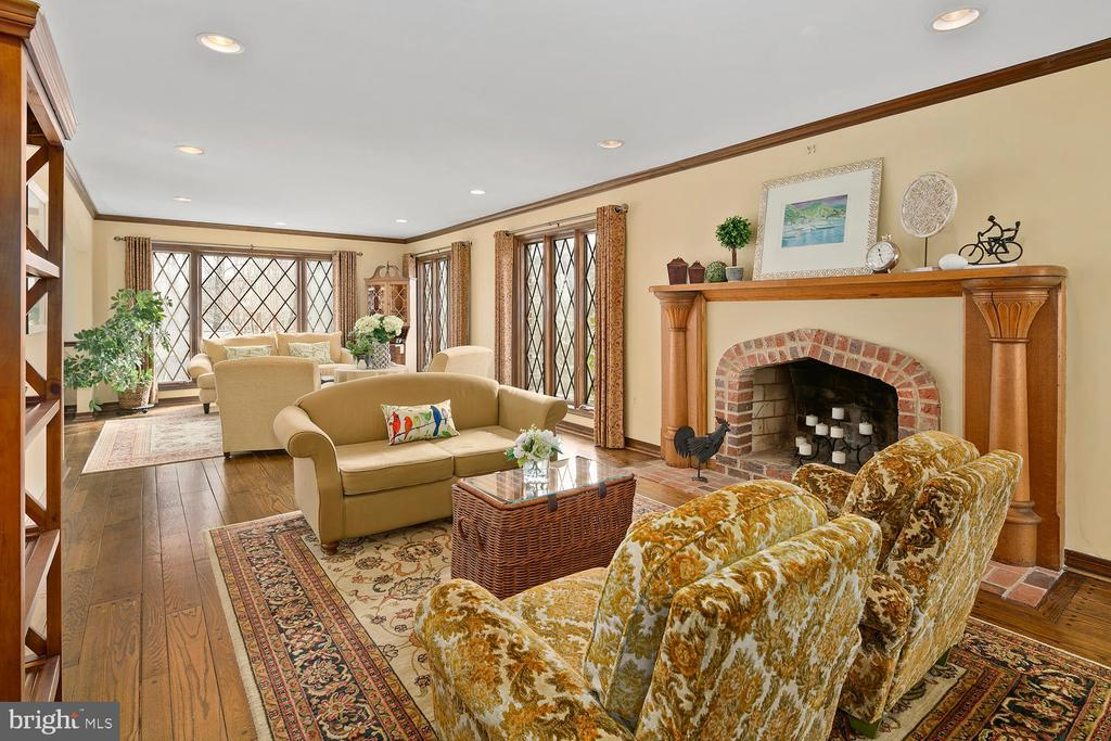 Multiple seating areas for entertaining - 2821 N QUEBEC ST, ARLINGTON
